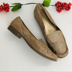 Anne Klein-tan metálico loafer.